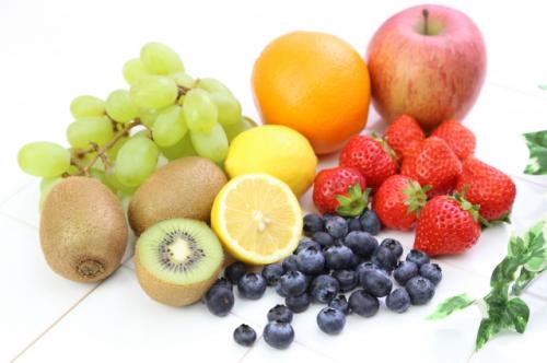 リンゴ、レモン、ブドウなどのフルーツたくさん