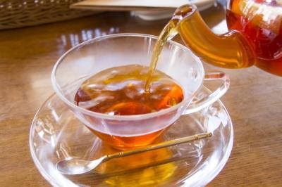 紅茶をティーカップに注ぐ