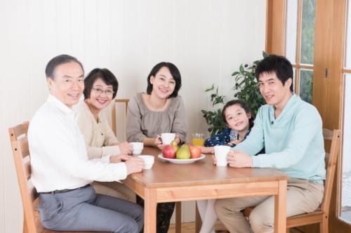紅茶を飲む家族