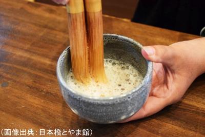 夫婦茶筅で富山黒茶を泡立てている様子