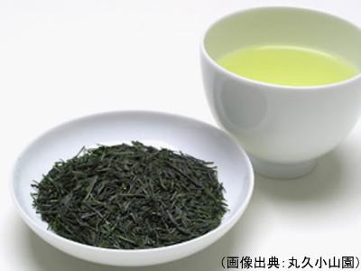 煎茶の茶葉と水色