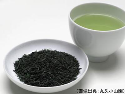 かぶせ茶の茶葉と水色