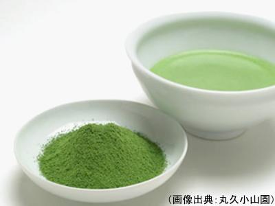 抹茶の茶葉と水色