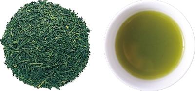 深蒸し茶の茶葉と水色