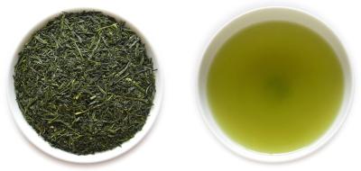 番茶の茶葉と水色