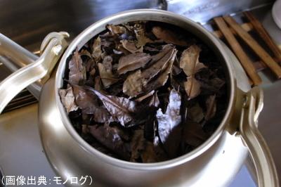 茶葉をやかんで煮出している様子