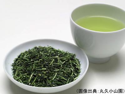 茎茶の茶葉と水色
