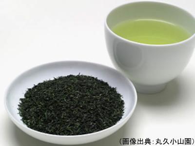 芽茶の茶葉と水色