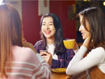 友人とカフェでお茶をする
