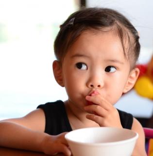 好きな食べ物を待つ子供