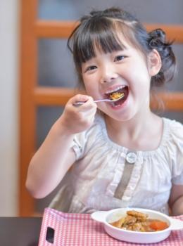 カレーライスを食べる子供