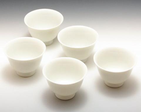 内側が白い磁器のお茶碗