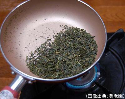 フライパンで茶葉を炒っている