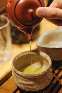 抽出した緑茶を注ぐ