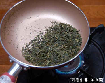 フライパンで茶葉を炒る