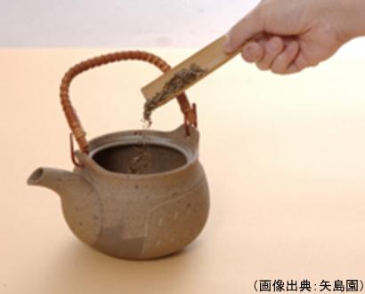 茶葉を土瓶に入れる