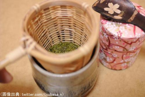 茶こしに入った粉茶