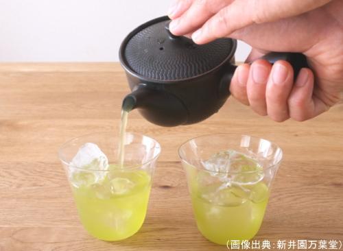 緑茶オンザロックを入れている