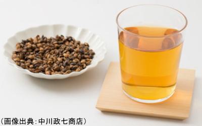 麦茶の茶葉と水色