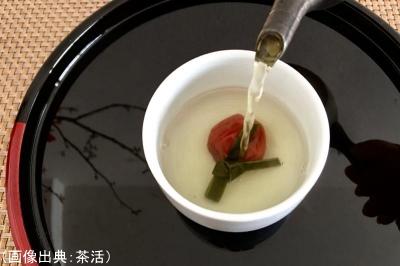 大福茶の具材を入れた茶碗にお茶を注ぐ