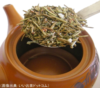玄米茶1人分を急須に入れる