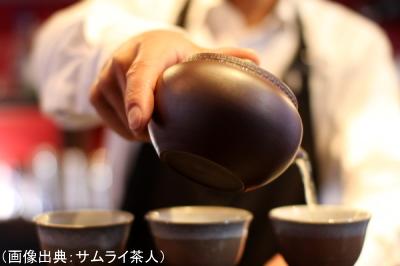急須から茶碗に注ぐ