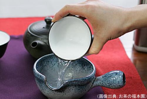 量を量るために、茶碗にお湯を入れてから湯冷ましに入れる