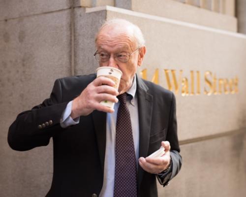 コーヒーを飲むアメリカ人