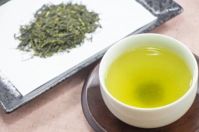 緑茶の茶葉と水色