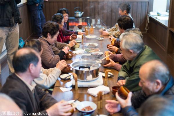 世間話をしながらバタバタ茶を楽しむ人々