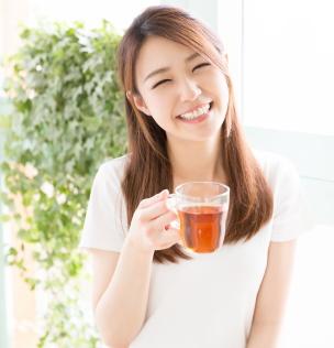 健康のために中国黒茶を飲む女性