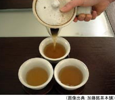 温かいほうじ茶を入れている